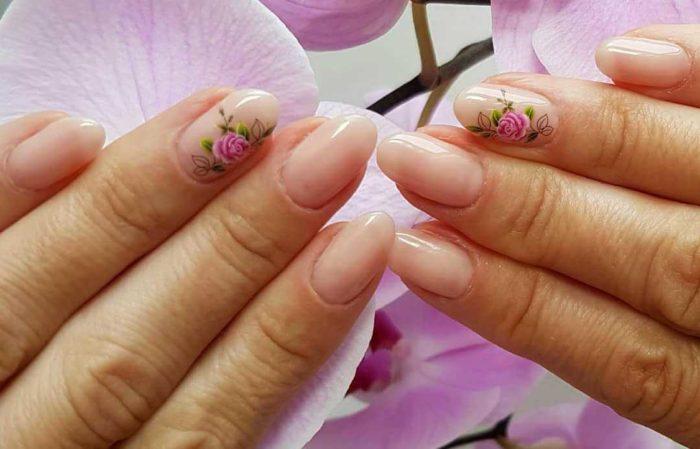 Нюд маникюр с цветами на коротких ногтях