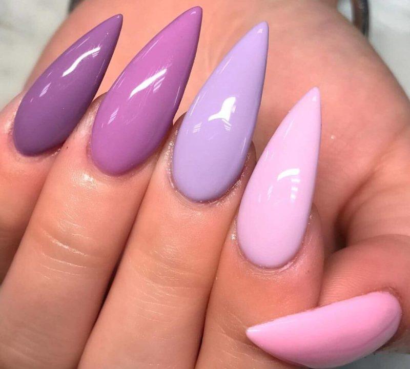 Однотонный фиолетовый маникюр с разными тонами на каждом пальце