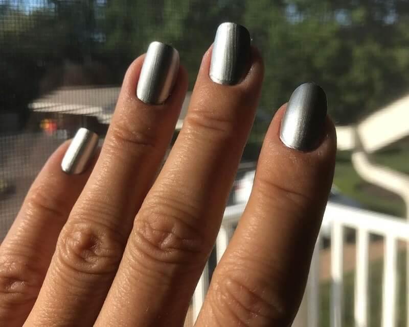 Однотонный серебряный маникюр