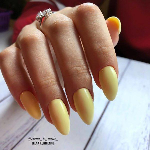 Нежно-желтый однотонный маникюр