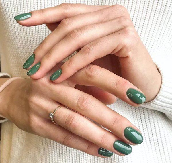 Зеленый однотонный маникюр