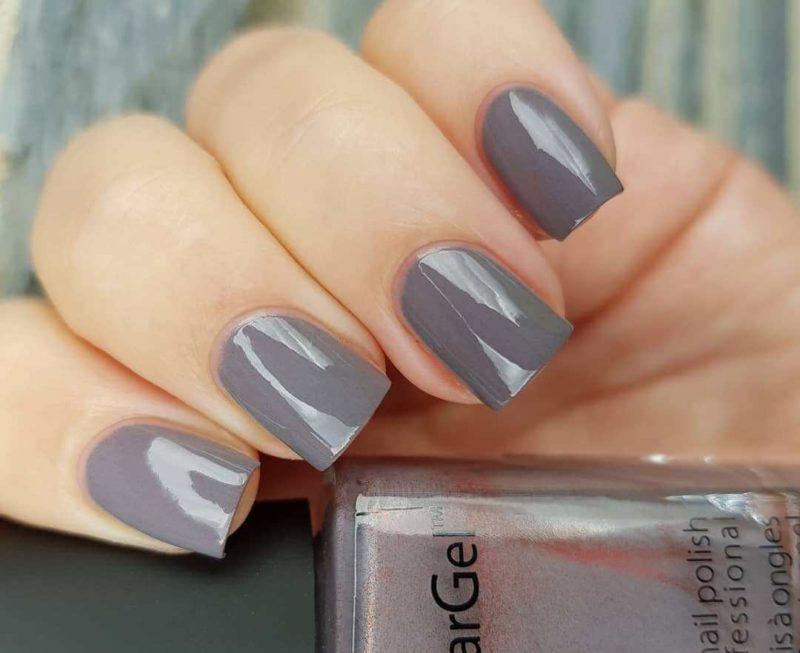 Светло серый дизайн ногтей на коротких ногтях
