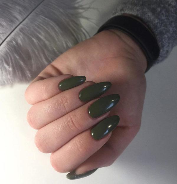 Однотонный зеленый маникюр на длинные ногти
