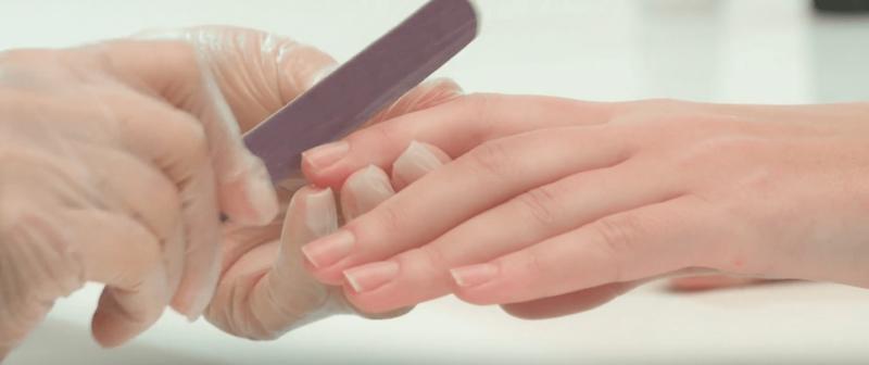 Обработка ногтя пилкой