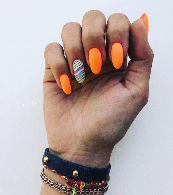 Оранжевый маникюр на длинные ногти с акцентом