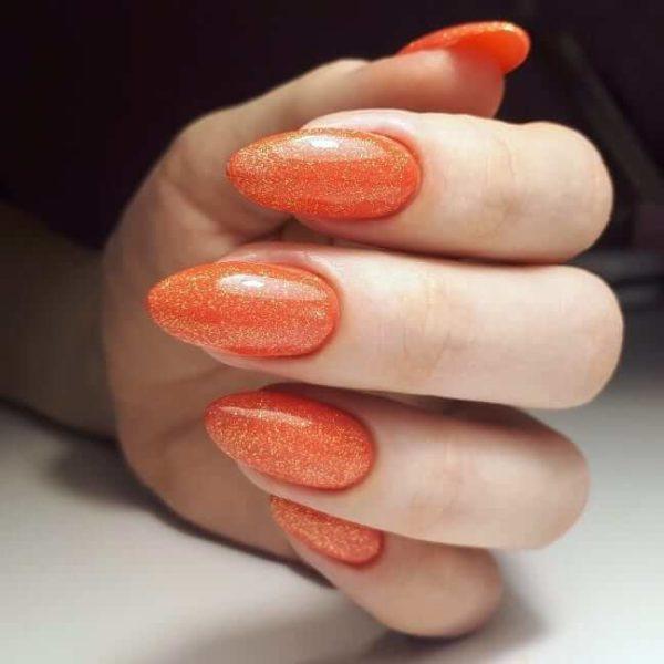 Оранжевый маникюр с мелкими блестками