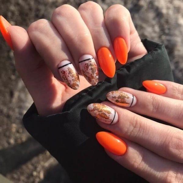 Оранжевый маникюр с полосами и фольгой