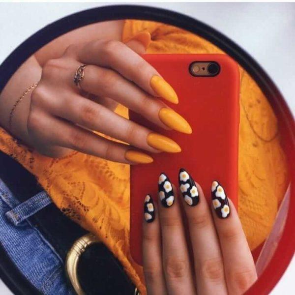 Оранжевый маникюр с рисунком на одной руке