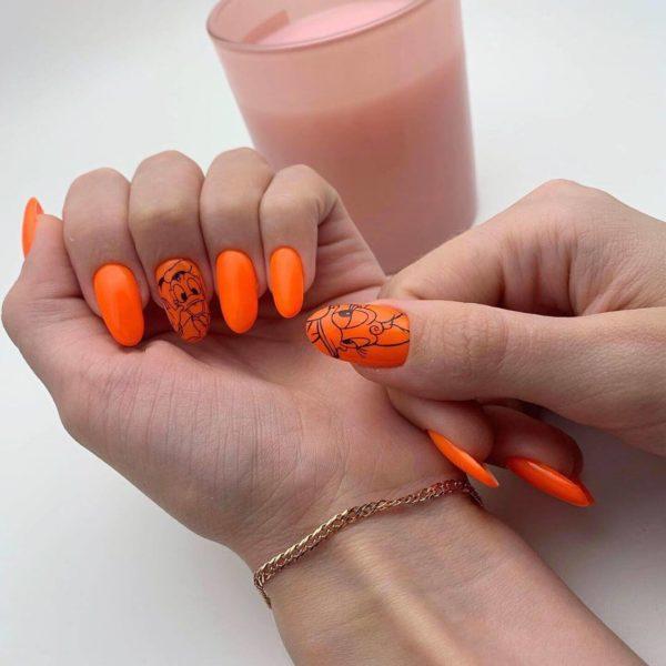 Оранжевый маникюр с рисунком утка