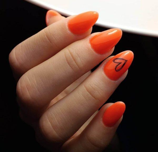 Оранжевый маникюр с сердечком
