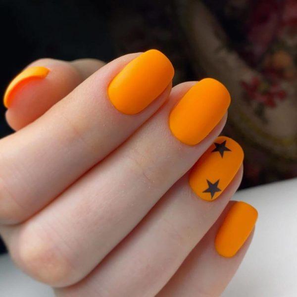 Оранжевый маникюр со звездочками