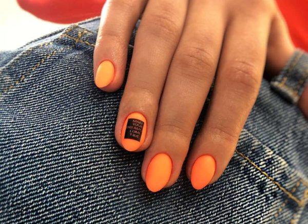 Оранжевый маникюр с акцентом на 1 ноготь