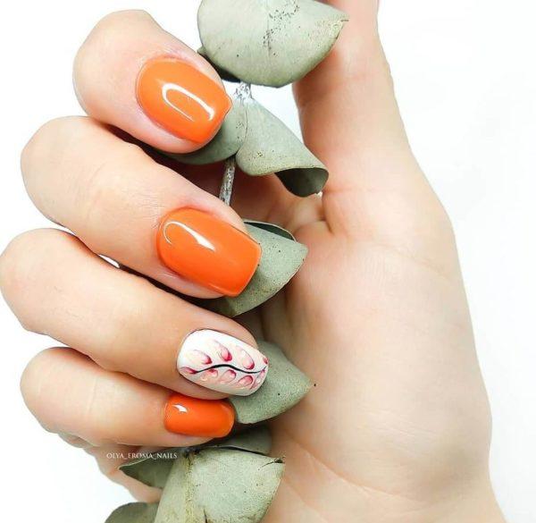 Оранжевый маникюр с цветочным узором