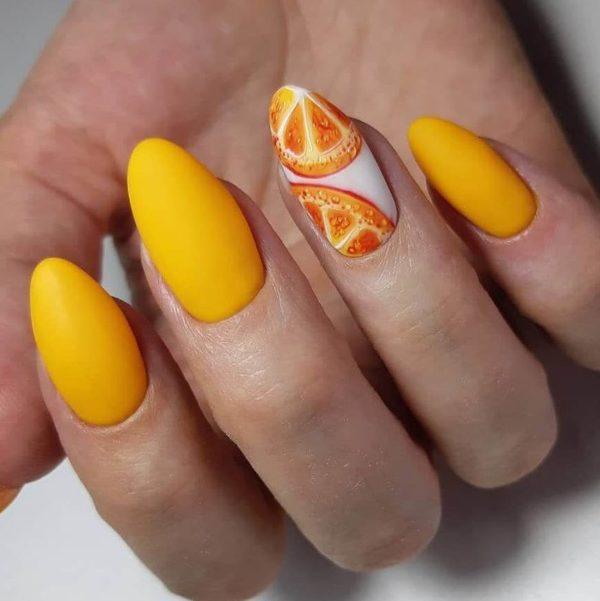 Оранжевый матовый маникюр с апельсином
