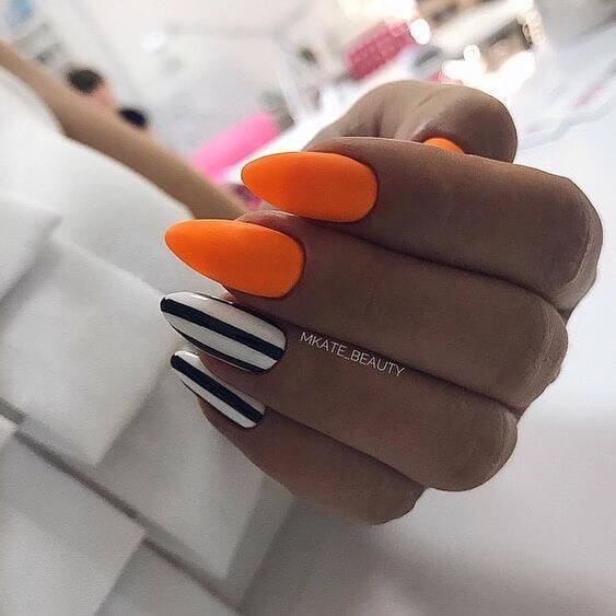 Идея оранжевого матового маникюра