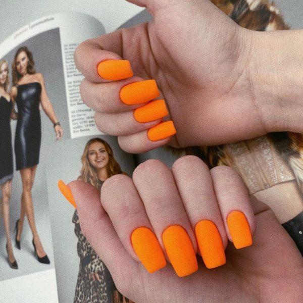 Однотонный оранжевый матовый маникюр