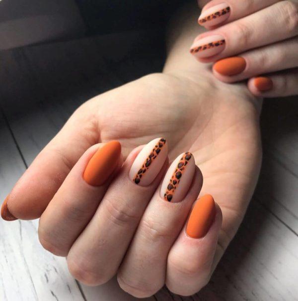 Оранжевый матовый маникюр с животным принтом