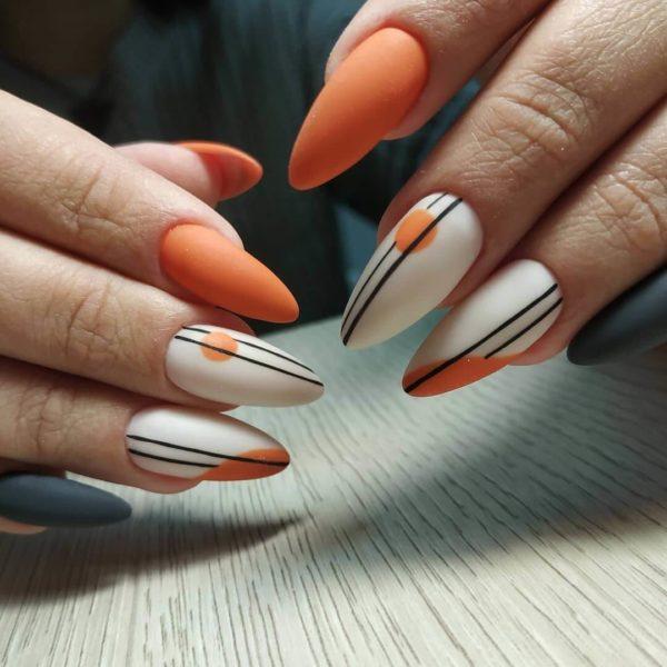 Оранжевый матовый маникюр полосами