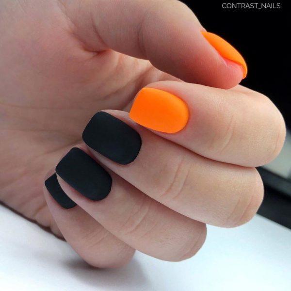 Оранжевый матовый маникюр с черным
