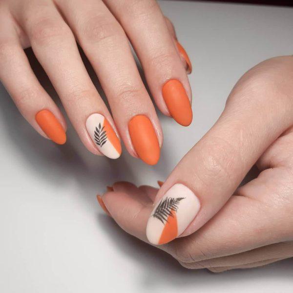 Оранжевый матовый маникюр с цветочками