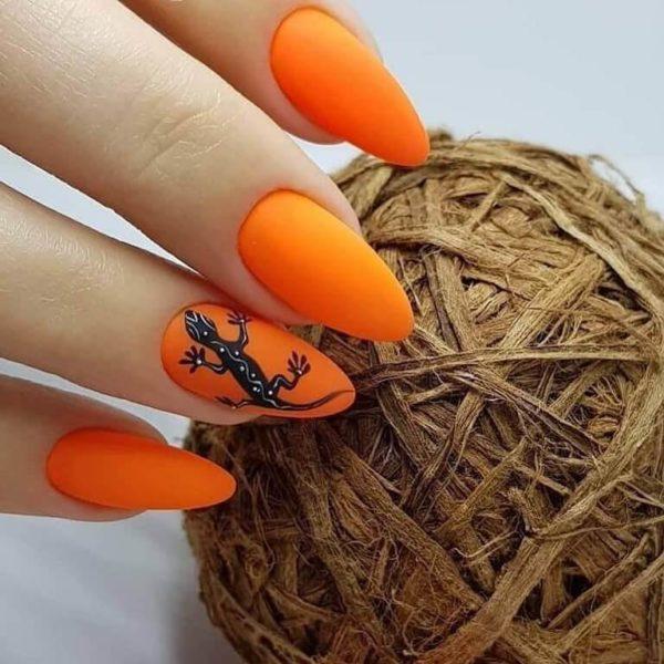 Оранжевый матовый маникюр с ящерицей