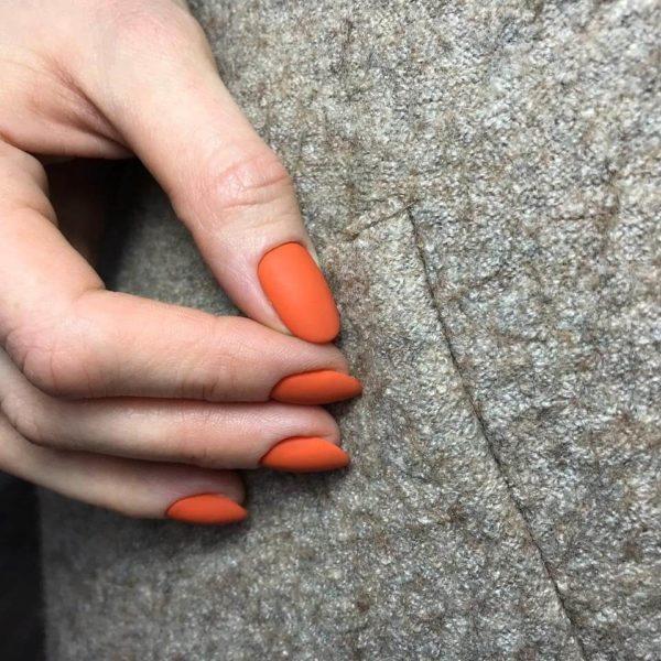 Оранжевый матовый маникюр в один тон