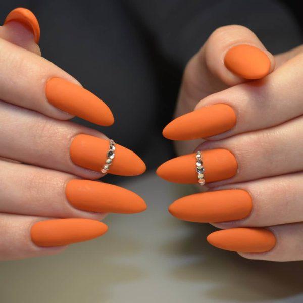 Оранжевый осенний матовый маникюр