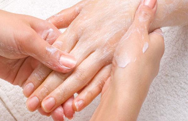 наносим крем для рук