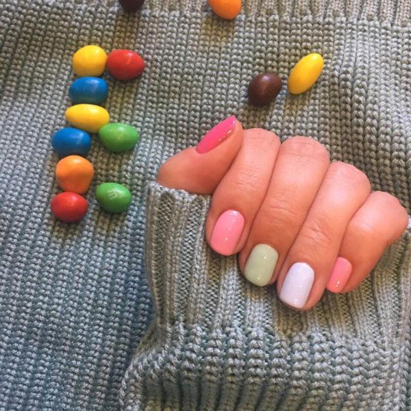 Простой пастельный маникюр на короткие ногти