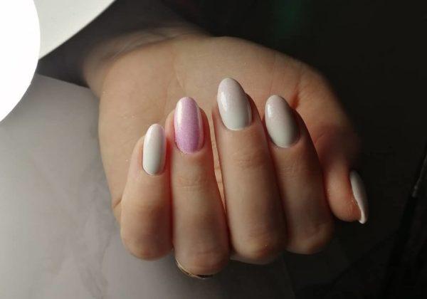 Пастельный бело-розовый маникюр с блестками
