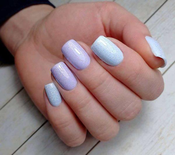 Пастельный сиренево-голубой маникюр с блестками