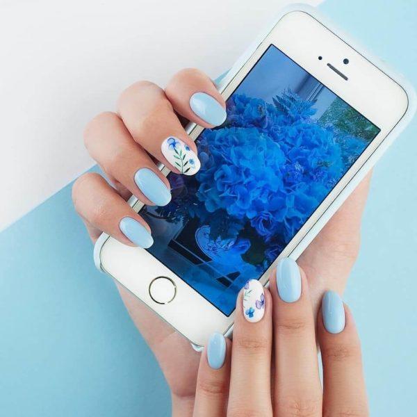 Голубой пастельный маникюр с рисунком цветы