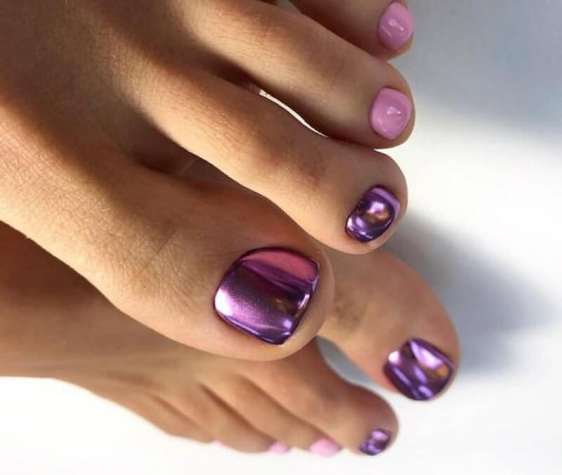 Фиолетовый педикюр со втиркой