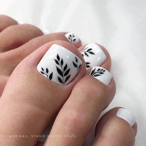 Белый педикюр минимализм с листьями