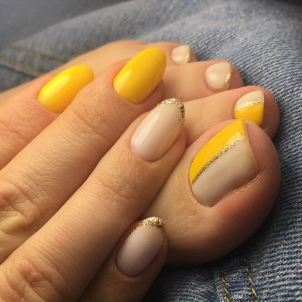 Желтый педикюр с блестками