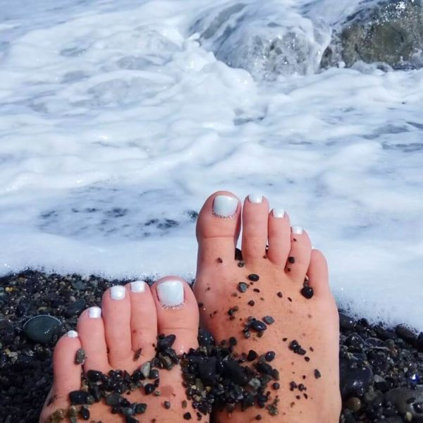 Голубой педикюр на море