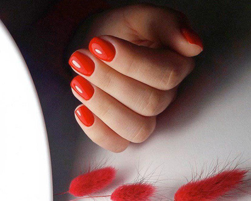 Красный классический маникюр на коротких ногтях
