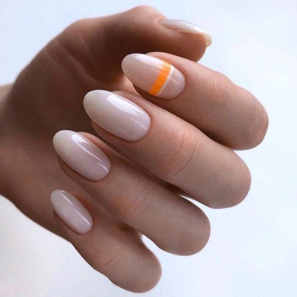 Повседневный маникюр с оранжевой полосой