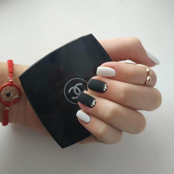 Черно-белый повседневный маникюр
