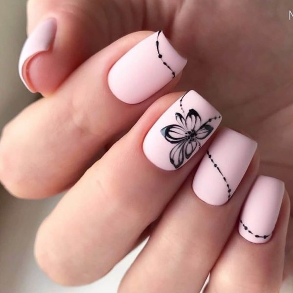 Повседневный маникюр с цветком на розовом фоне
