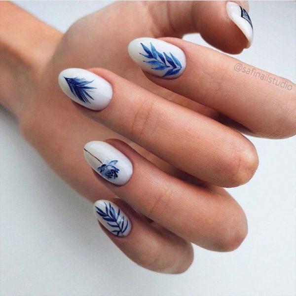 Повседневный маникюр с синими цветами