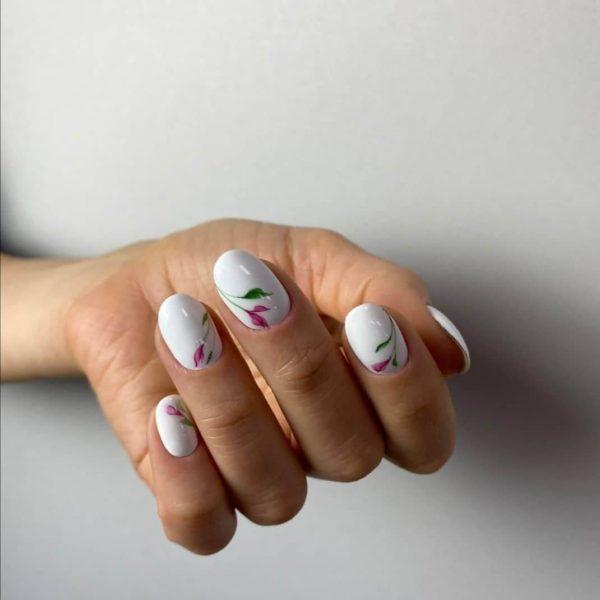 Белый повседневный маникюр с дизайном