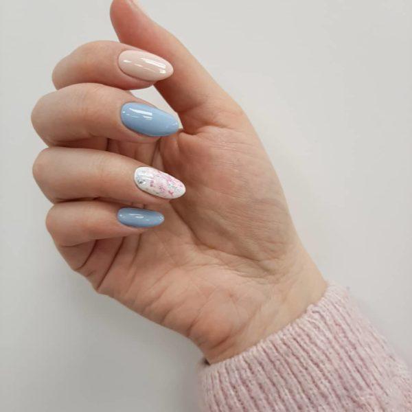 Бело-голубой повседневный маникюр