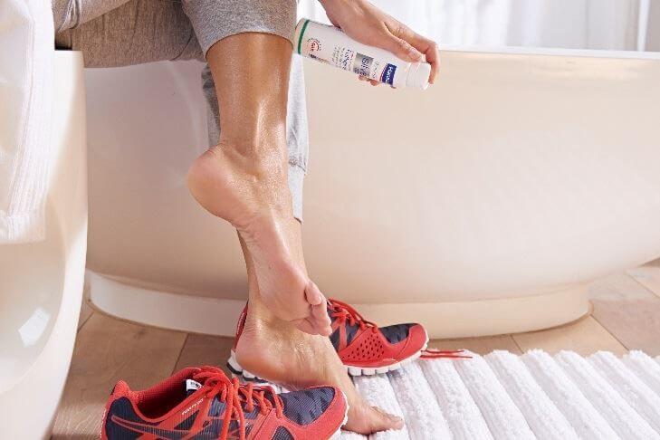 Правила ухода за влажной кожей ног летом