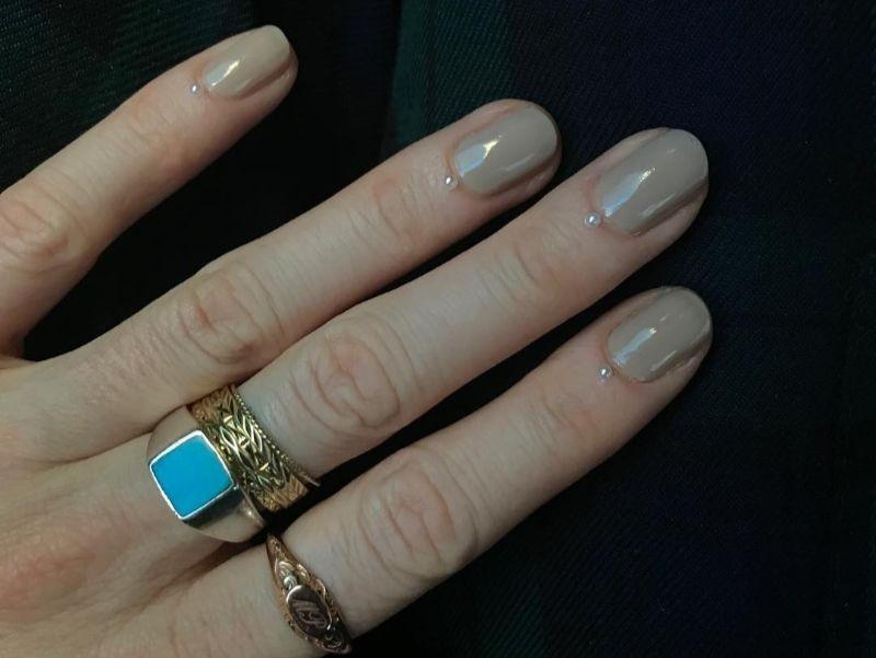 Нежный лак на ногтях