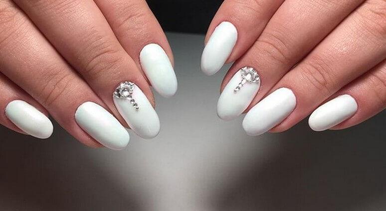 Простой яркий дизайн ногтей