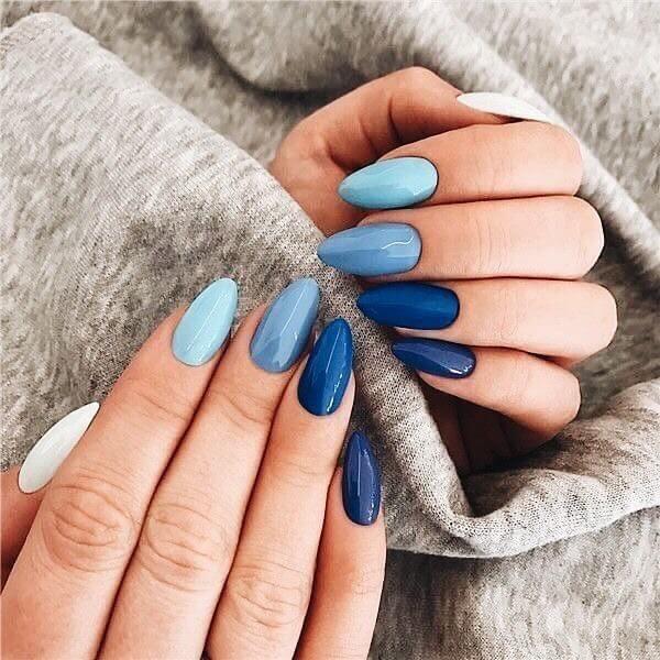 Простой голубой монохромный маникюр градиент