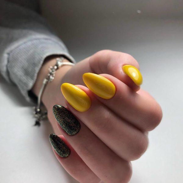 Простой черно-желтый маникюр