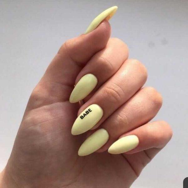 Простой пастельный желтый маникюр