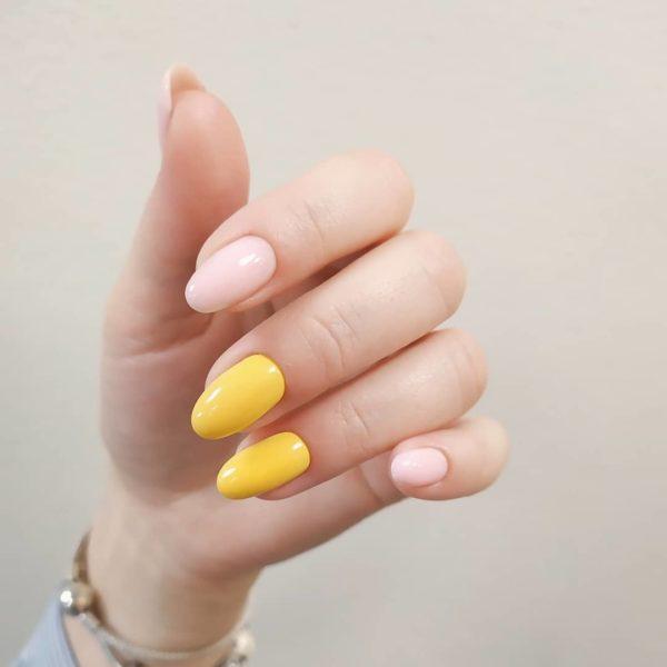 Простой желто-бежевый пастельный маникюр